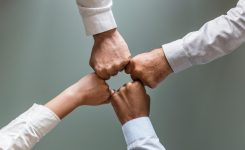 S'engager aux côtés d'acteurs différents pour construire                                    une société plus solidaire